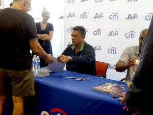 Ex-Mets Ron Darling and Daryl Strawberry made an appearance at Citibank's Garden City branch. (Photo by Aaron Cheris)