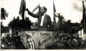 Pedro Albizu Campos speaks to striking sugar cane workers in Guánica.