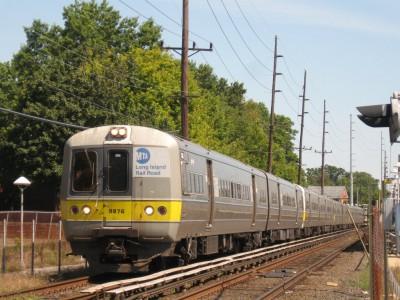 LIRR_Train_2820_leaves_Cedarhurst